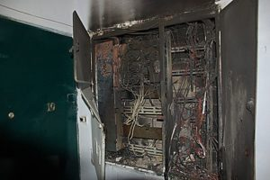 Какая причина возгорания электропроводки на лестничной площадке?