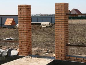 Устанавливаем забор с кирпичными столбами