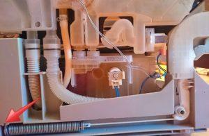 Почему не отключается слив воды в посудомоечной машине?