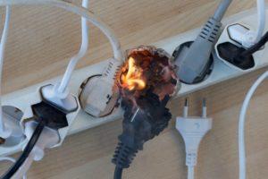 Почему выключенная люстра бьется током?