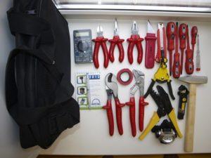 Какие инструменты должны быть у домашнего электрика?