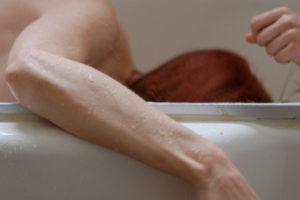 Удар током человека, лежащего в ванной с водой
