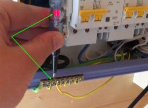 Почему индикаторная отвертка светится от заземления?