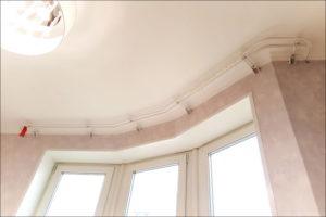 Карниз для эркерного окна: особенности и монтаж