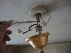 Почему исправная люстра не работает при подключении на потолке?