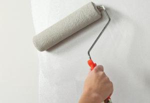 Как красить обои под покраску: советы и рекомендации