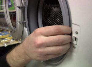 Почему стиральная машина Канди гудит при отжиме?