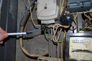 Как определить, что сосед воруя электроэнергию, подключает ноль к газовой трубе?