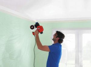 Покраска потолка водоэмульсионной краской с помощью краскопульта
