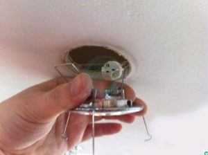 Почему моргают точечные светильники на потолке?