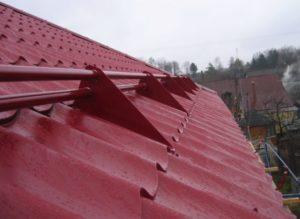 Снегозадержатели на крышу, виды и особенности монтажа