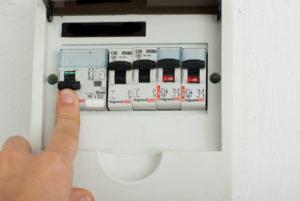 Автоматический выключатель включен, но света нет — что делать?