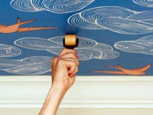 Обои с рисунком для стен: особенности использования в интерьере,  инструкция по поклейке
