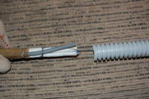 Как провести кабель через гофрированную трубу