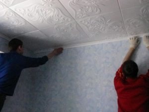 Как клеить пенопластовые потолки