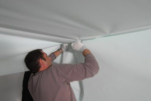 Установка тканевых натяжных потолков