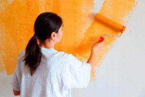 Как клеить обои на краску