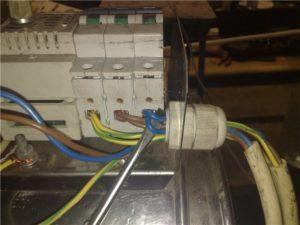 Как выполнить подключение двух проводов к одному автомату?