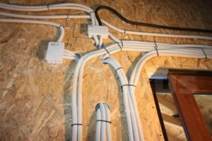Как провести проводку в доме из СИП-панелей