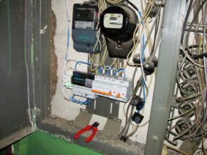 Можно ли установить электросчетчик над дверью?