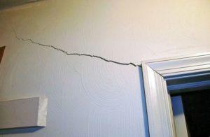 Трещина в стене: причины образования и как заделать