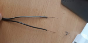 2 черных провода у одного белая полоса, какой плюс?