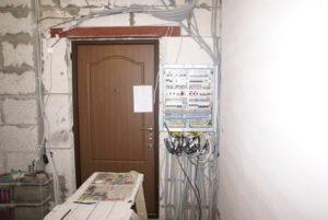Безопасно ли размещение электрощита в стене, смежной с прихожей и кухней?