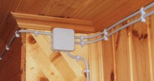 Можно ли прокладывать кабель для розеток и освещения в одном кабель-канале?