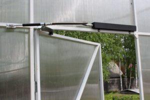 Как установить электропривод на форточку для автоматического проветривания теплицы своими руками