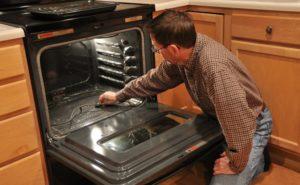 Почему мойка, печка и плита бьются током?