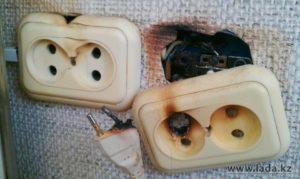 Сгорела розетка, которая не использовалась, после замены воняет горелым