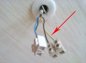 Из выключателя торчат 4 провода