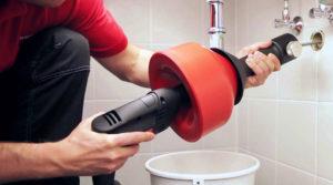 Прочистка канализационных труб и устранение засоров своими руками