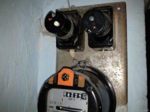 Почему оплавились пробки на электросчетчике?