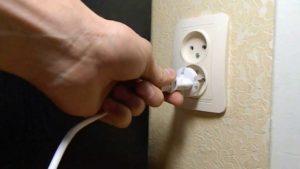 Безопасно ли оставлять поломанную розетку или лучше отключить электричество?