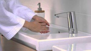 Умная сантехника: монтаж сенсорного смесителя для раковины своими руками