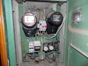 Замена автомата в подъездном щитке под напряжением